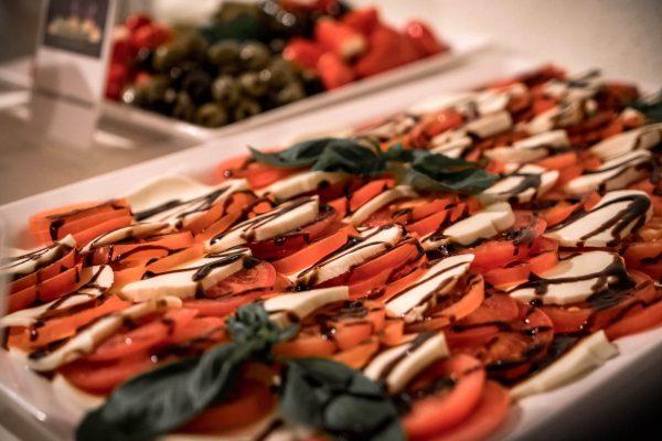 bbq-buffet-salat-caprese